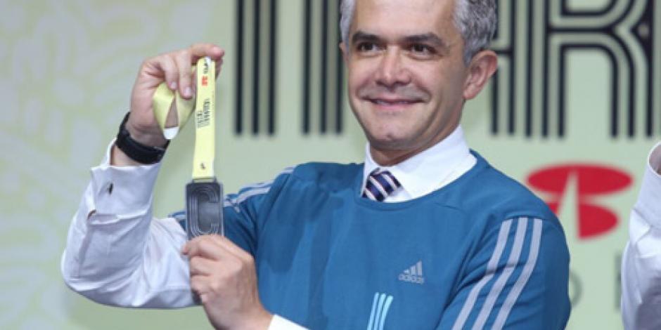 Presenta Mancera playera y medalla conmemorativa del Medio Maratón CDMX