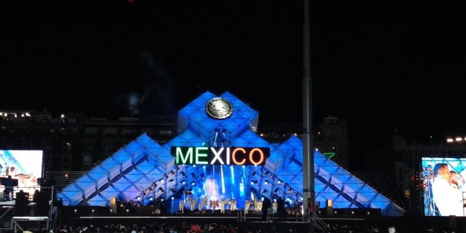 Miles de asistentes esperan el Grito de Independencia en el Zócalo