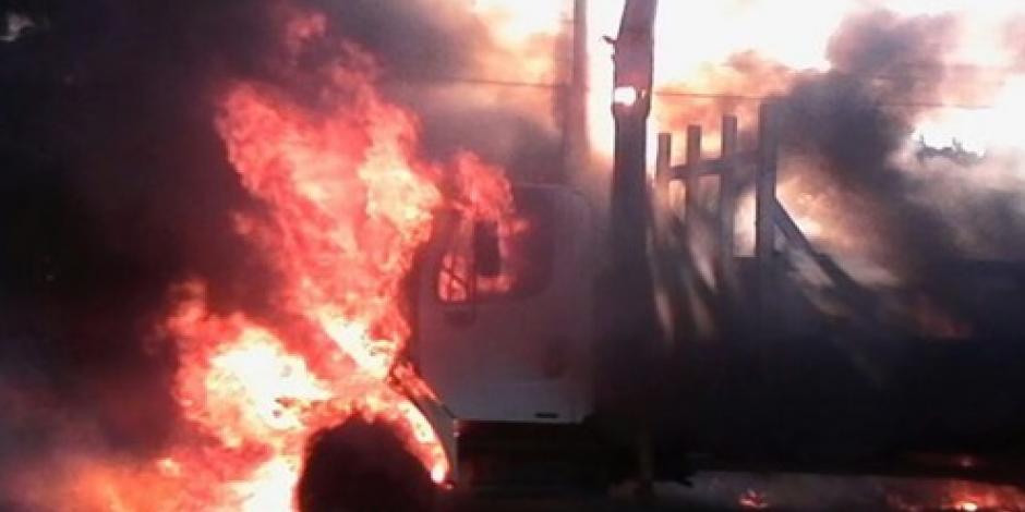 Se incendia camión de la CFE en Tabasco, reportan un muerto