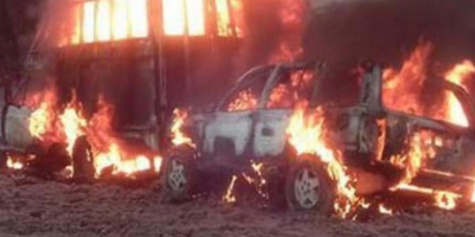 Se incendian dos camionetas con huachicol en Hidalgo
