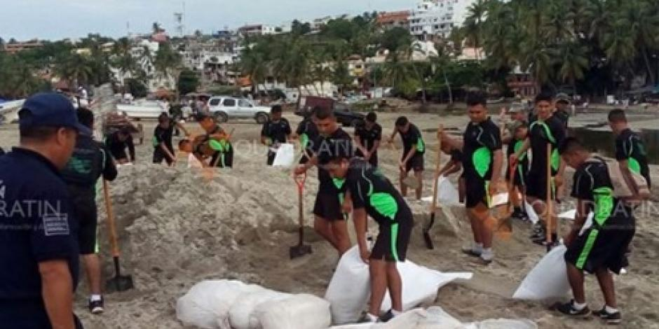 Ejército colabora con autoridades oxaqueñas para reparar daños de mar de fondo