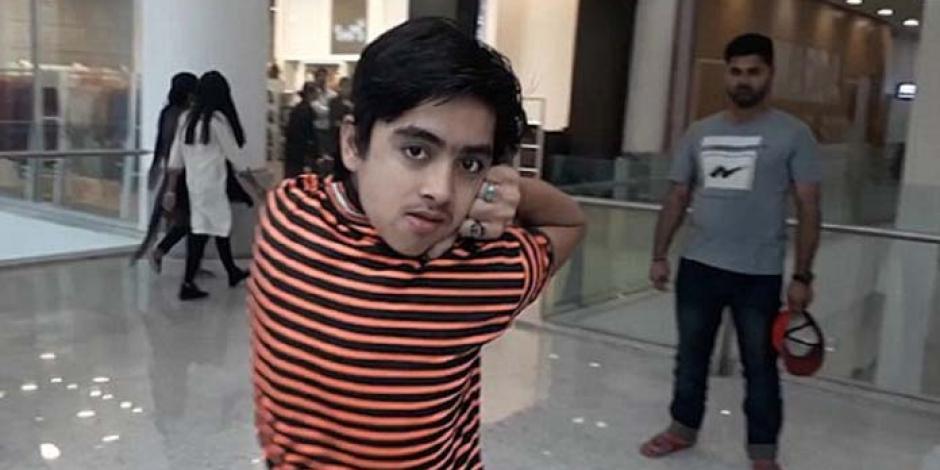 VIDEO: niño pakistaní es capaz de girar su cabeza como