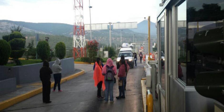 Toman normalistas caseta de peaje de Coixtlahuaca, Oaxaca
