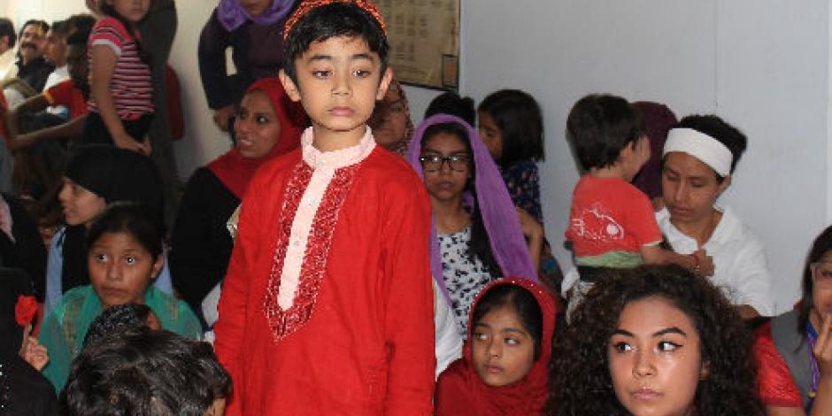 Celebran musulmanes término del Ramadán con regalos a cristianos y católicos