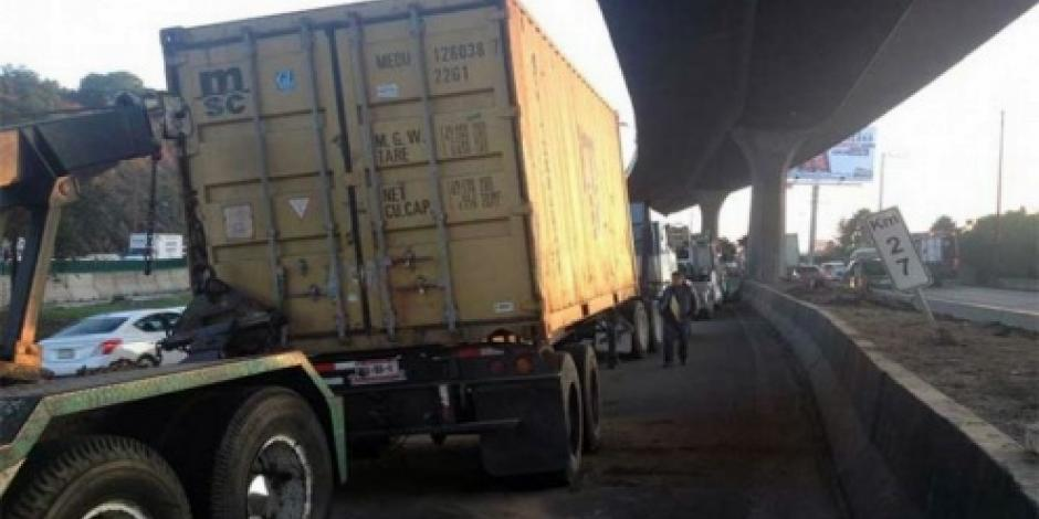 Volcadura de tráiler afecta la circulación en la autopista México-Querétaro
