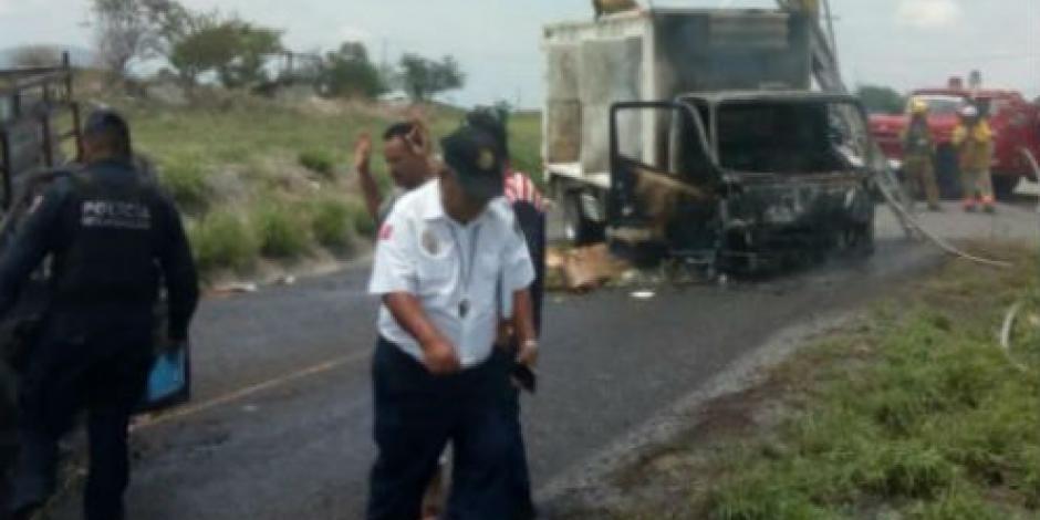 Queman vehículos en Nueva Italia, Michoacán
