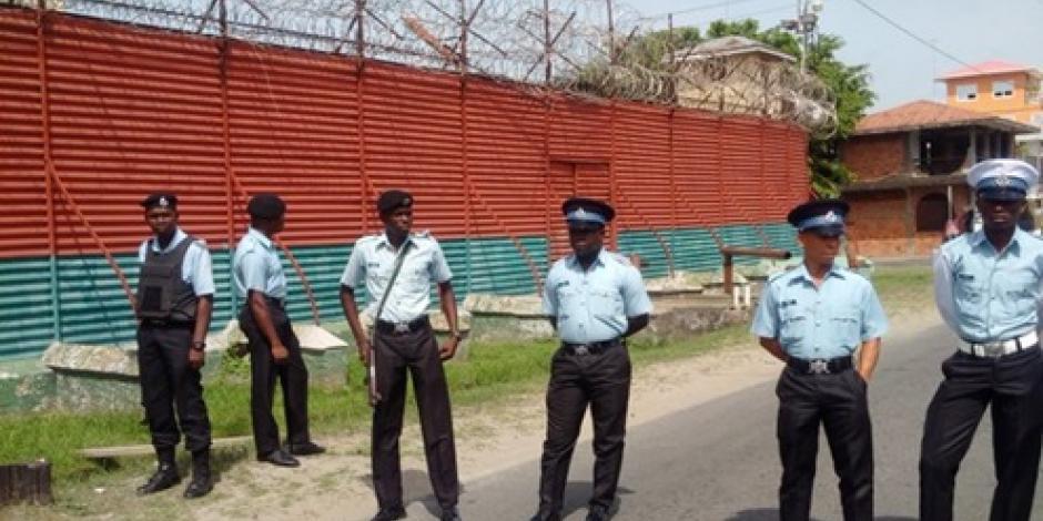 Provocan reos incendio en Prisión de Guyana