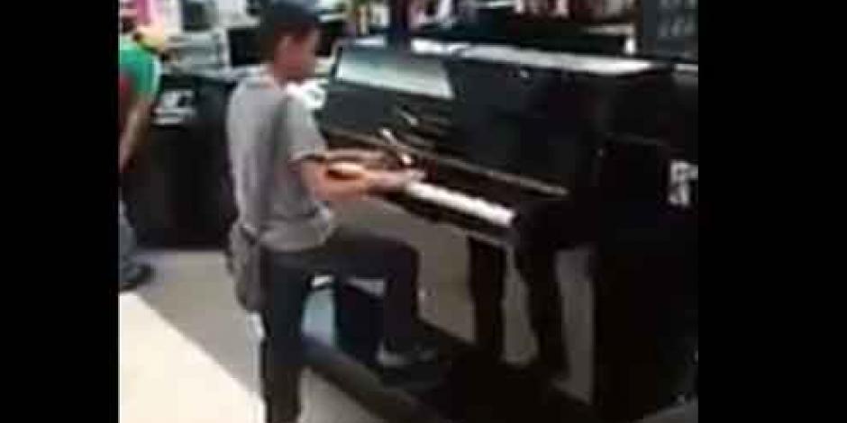 VIDEO: Niño que toca el piano en tienda departamental se vuelve viral