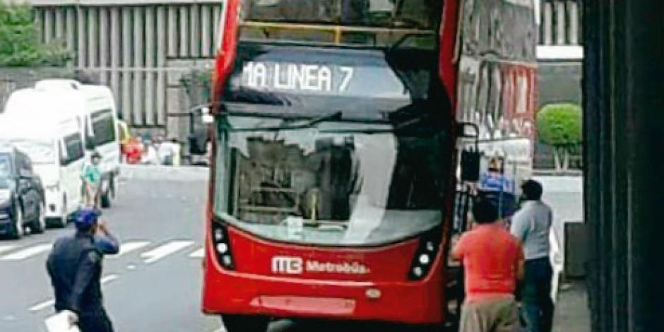 Chofer burla ruta; daña bus y estación