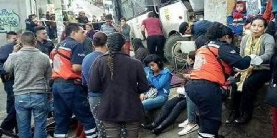 Microbús se queda sin frenos y se estrella contra un local en Los Reyes La Paz