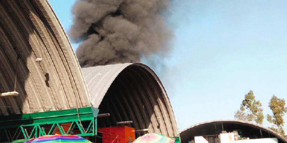 Arde bodega en la Central de Abasto