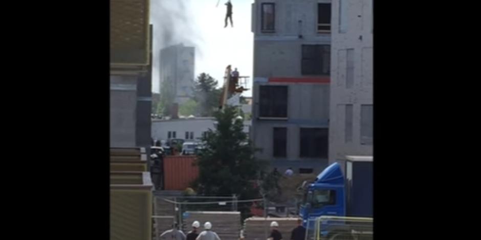 Obrero es rescatado de un incendio con una grúa en Dinamarca