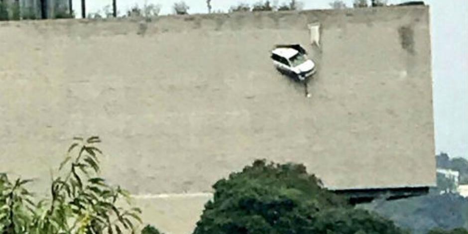Camioneta rompe pared de estacionamiento y queda colgando en Las Lomas