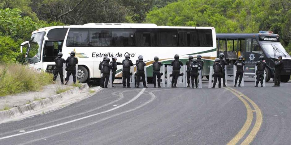 Normalistas de Ayotzinapa roban pipa de gas, plagian a 4 policías...