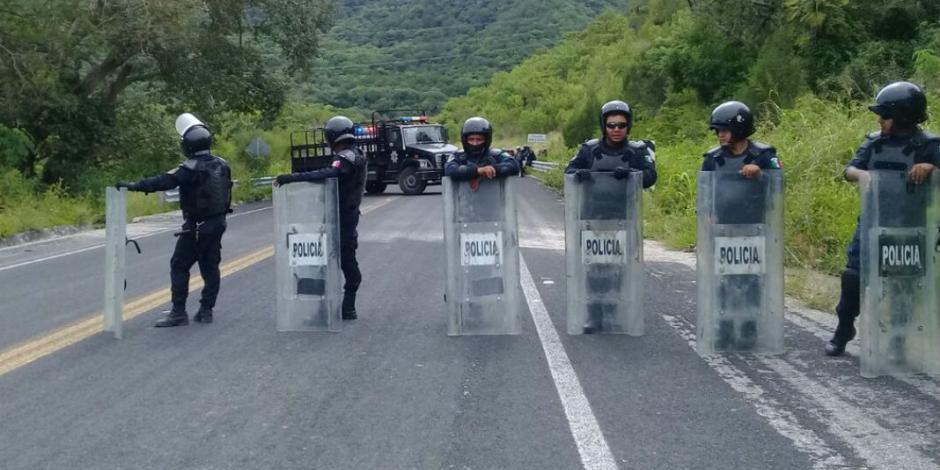 Intercambian normalistas a policías secuestrados por estudiantes