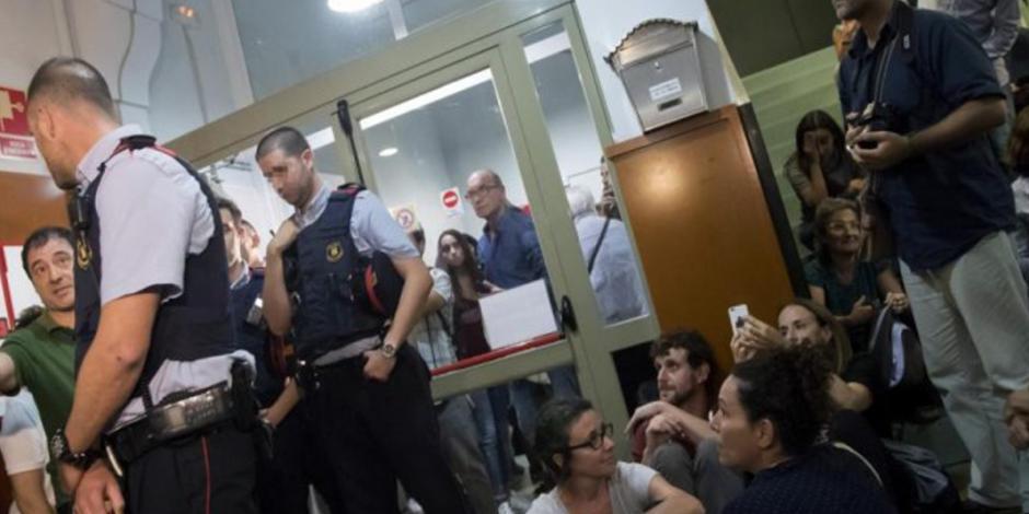 Votantes ocupan colegios electorales en Cataluña para proteger referéndum