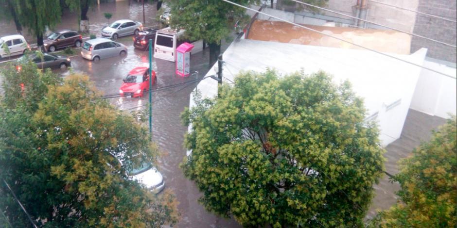Reportan inundaciones en Valle Dorado en Tlalnepantla