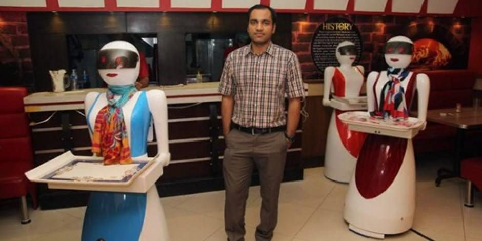 Meseras robots causan sensación en Pakistán