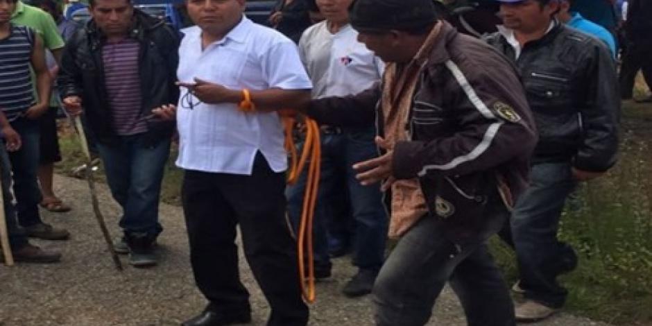 Manifestantes en Oaxaca amarran a un funcionario del gobierno estatal