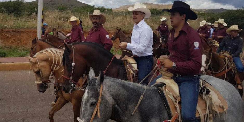 Participa Mancera en cabalgata de recorrido villista en Parral, Chihuahua
