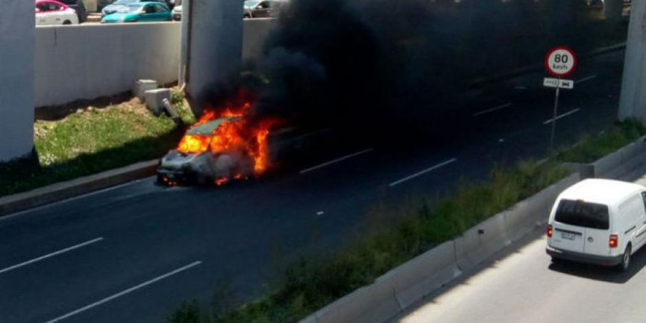 Se incendia auto de carga en Periférico