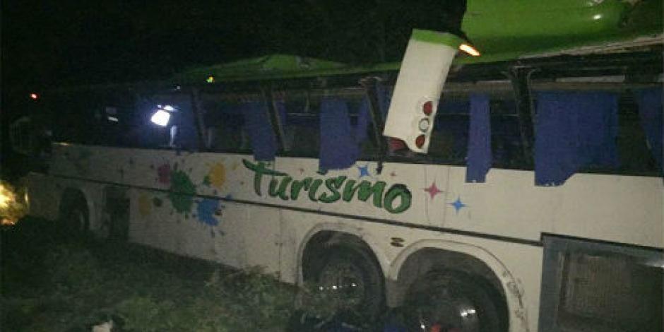 Vuelca autobús de turismo en Costa de Oaxaca; van 16 lesionados