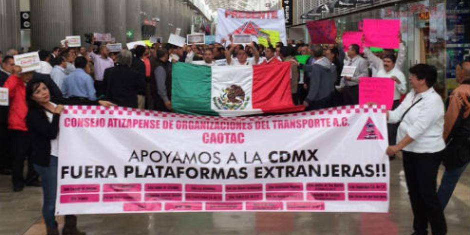 Taxistas se manifiestan en AICM contra Uber y Cabify
