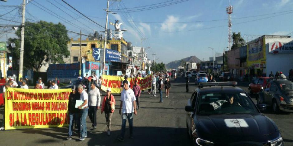 Mototaxistas de Tláhuac marchan rumbo a delegación