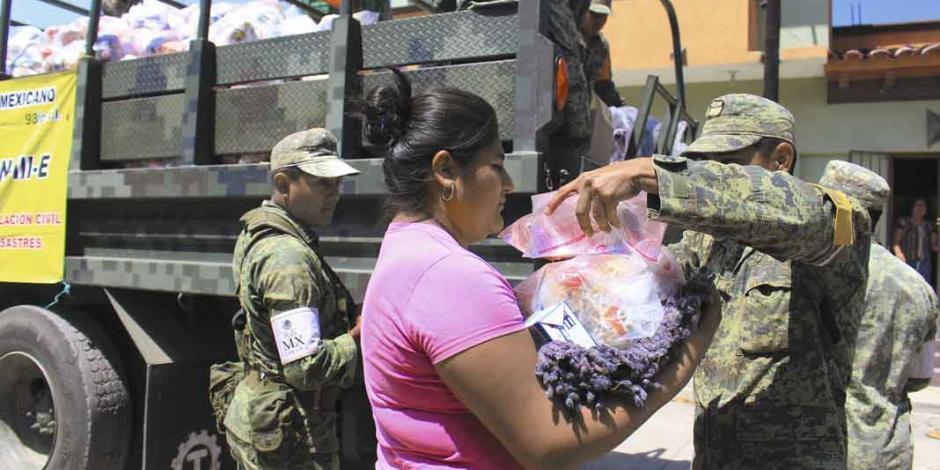 Ejército entrega despensas, cobijas... en Juchitán