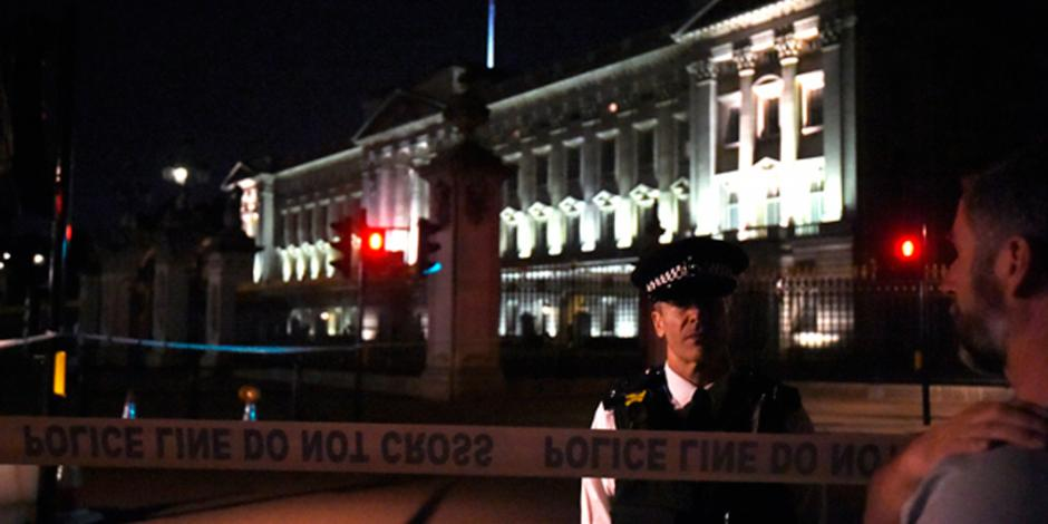 Hombre ataca a policías con un cuchillo cerca del Palacio de Buckingham
