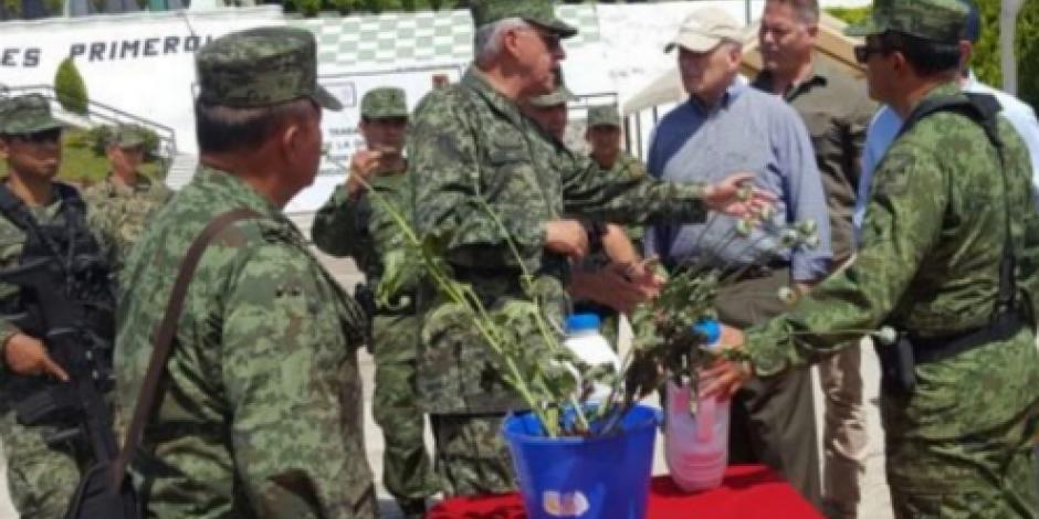 John Kelly sobrevuela plantíos de amapola en Guerrero