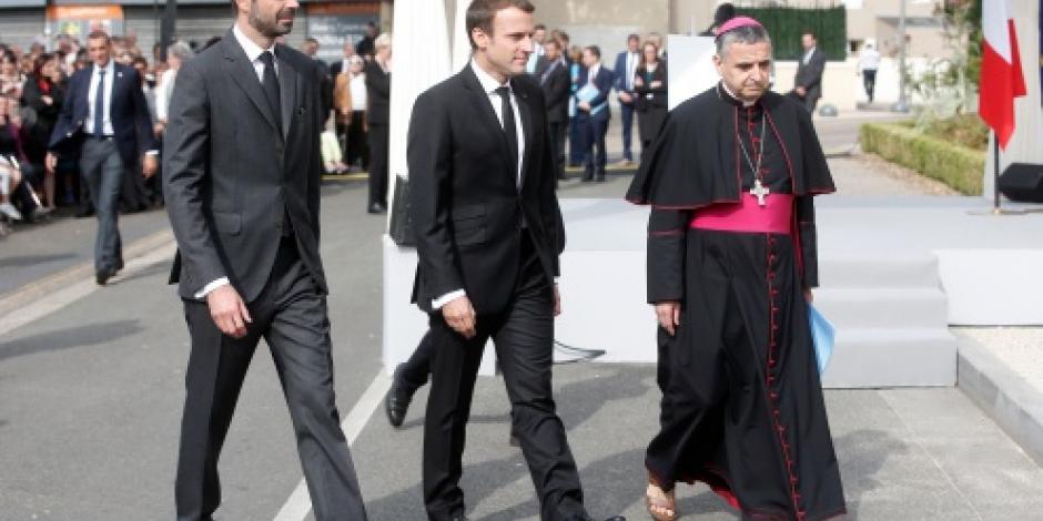 Macron rinde homenaje a sacerdote degollado por yihadistas en una iglesia
