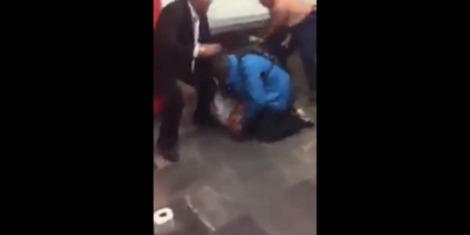 VIDEO: Cuadrilátero en Metro Pino Suárez, caballeros se miden a golpes