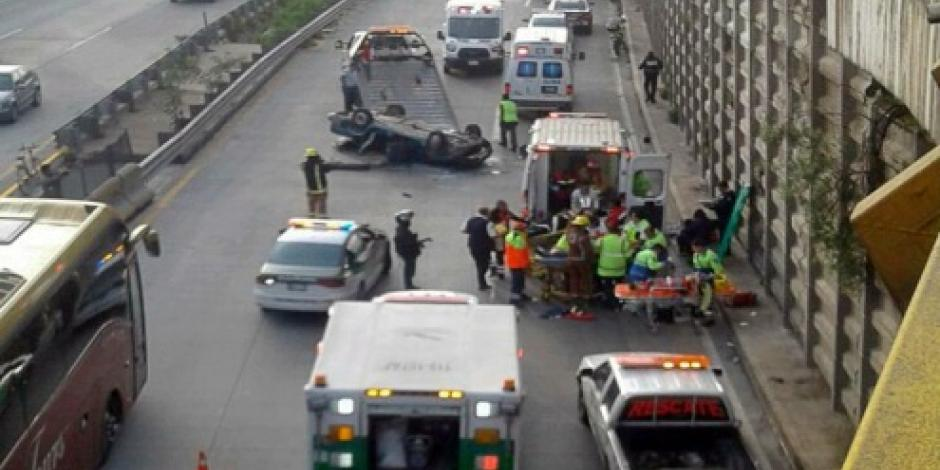 Cae auto desde segundo piso de la México-Puebla; hay 6 heridos