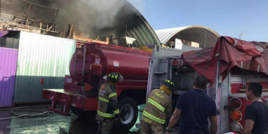 Sofocan incendio en Central de Abasto; retiran escombros