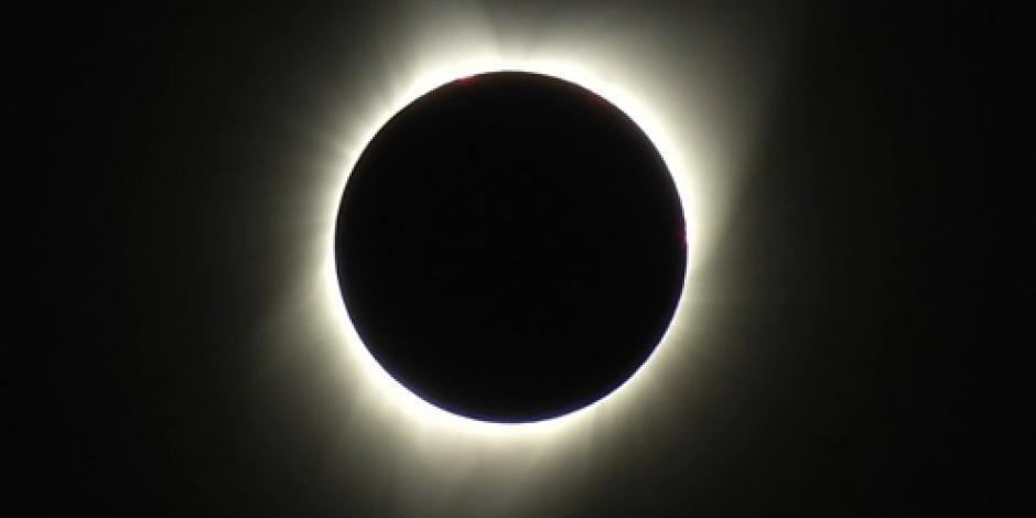 Cientos de personas abarrotan Universum para observar eclipse solar