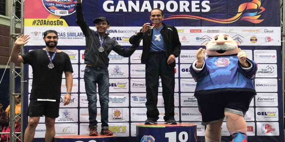 Le cuelgan medalla al Dr. Simi por correr en maratón