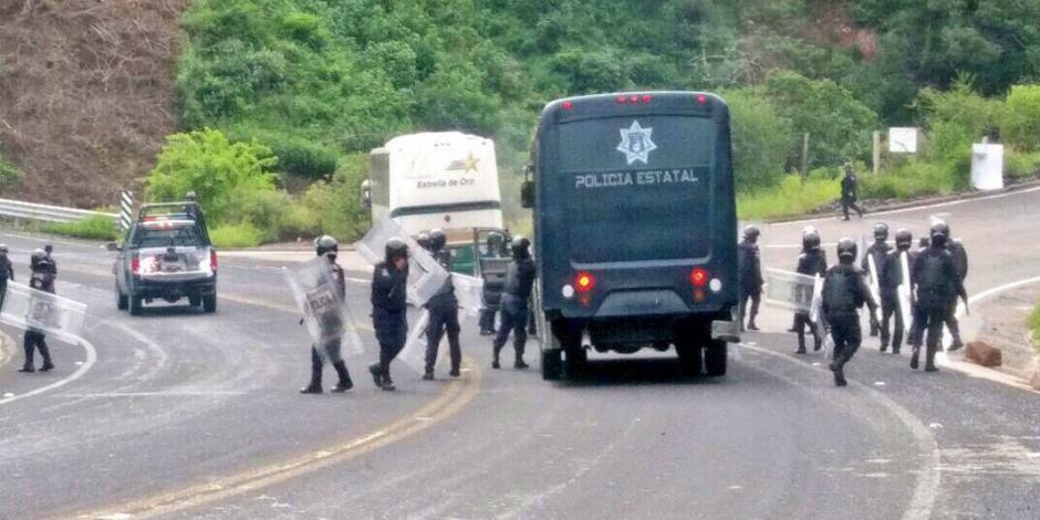 FOTOS: Normalistas de Ayotzinapa agreden y secuestran a policías