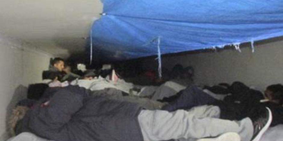 Encuentran a 60 indocumentados en camión refrigerador en Texas