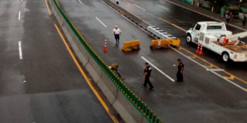 Cae taxi en socavón de  Paso Express de Cuernavaca;  hay 3 personas atrapadas
