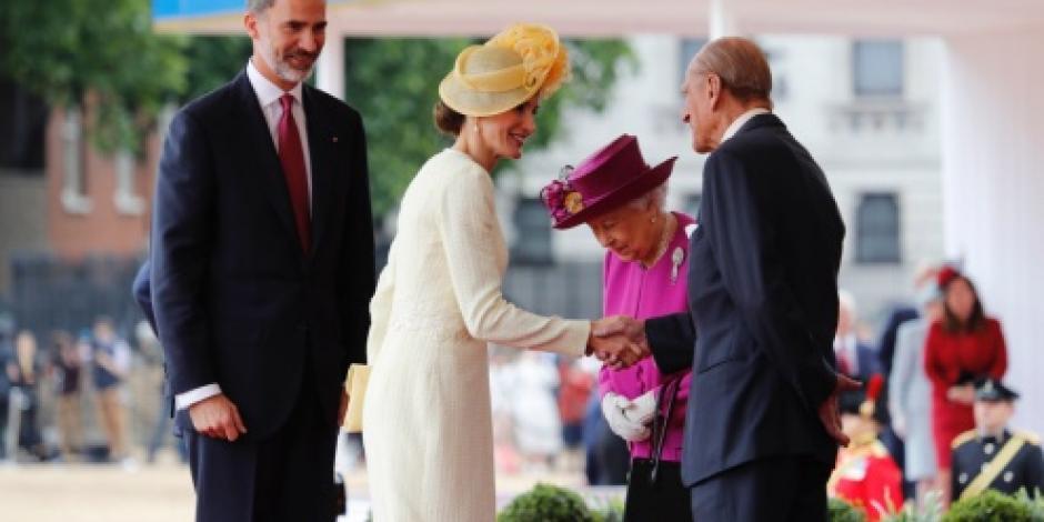 Con todos los honores, Reina Isabel II recibe a los Reyes de España