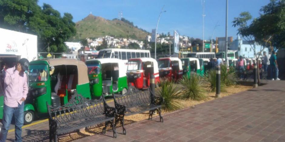 Mototaxistas bloquean avenida Juárez… en la ciudad de Oaxaca