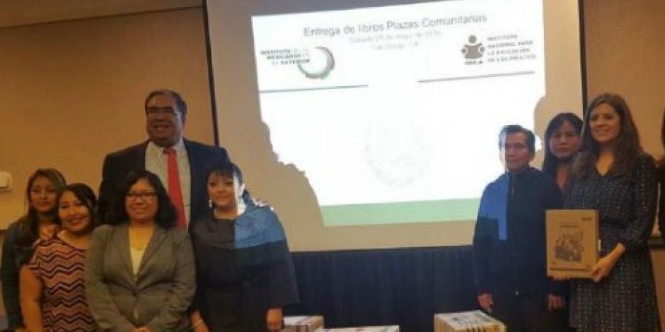 Entregan INEA y SEP materiales educativos a connacionales en EU
