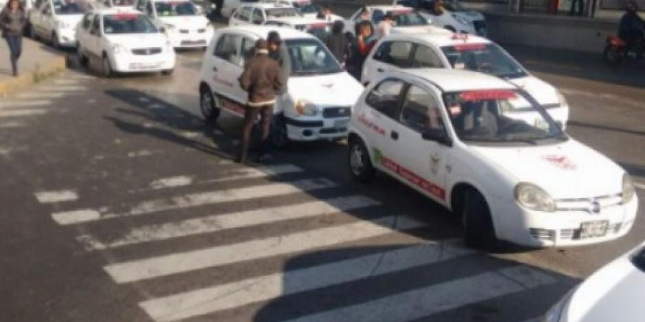 Bloquean taxistas calles en Neza y Ecatepec en protesta contra Uber