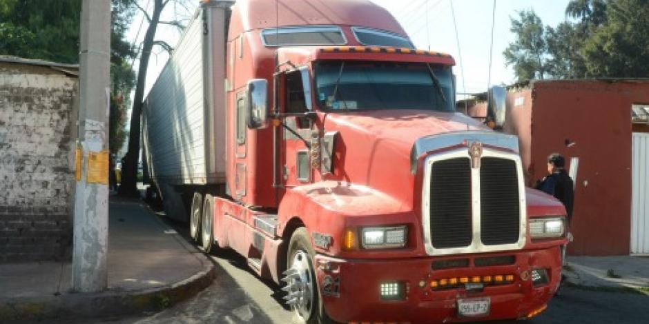 VIDEO: Intentan robar tráiler y a su paso dañan 25 vehículos en Edomex