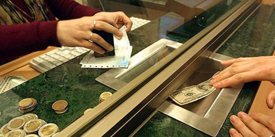 Dólar sigue al alza; se vende hasta en 18.70 pesos en bancos