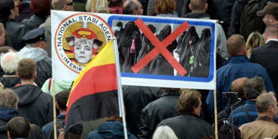 """Le gritan """"traidora"""" a Merkel en festejo por la Reunificación Alemana"""