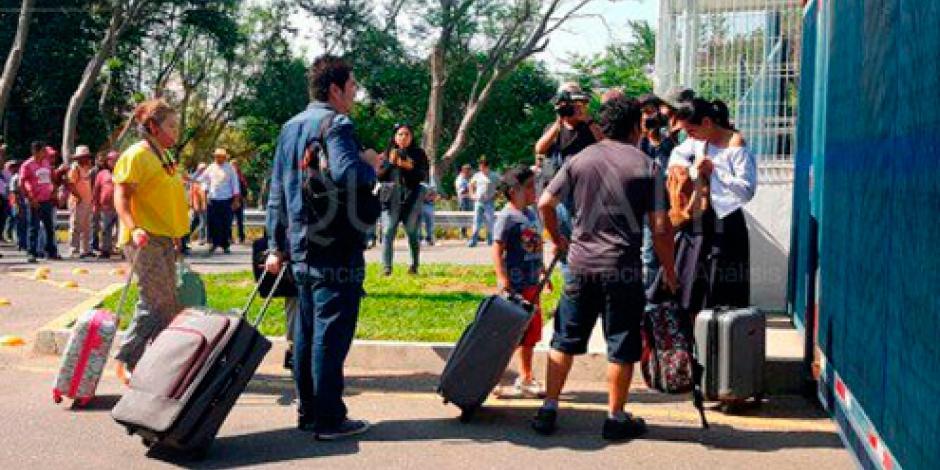 Sección 22 bloquea accesos al aeropuerto de Oaxaca