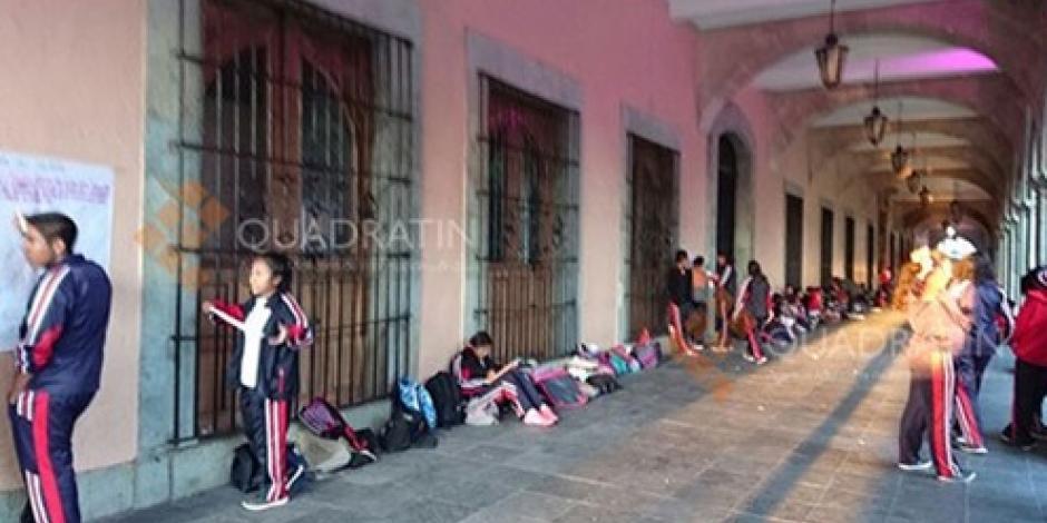 Alumnos toman clases otra vez afuera del Palacio de Gobierno de Oaxaca