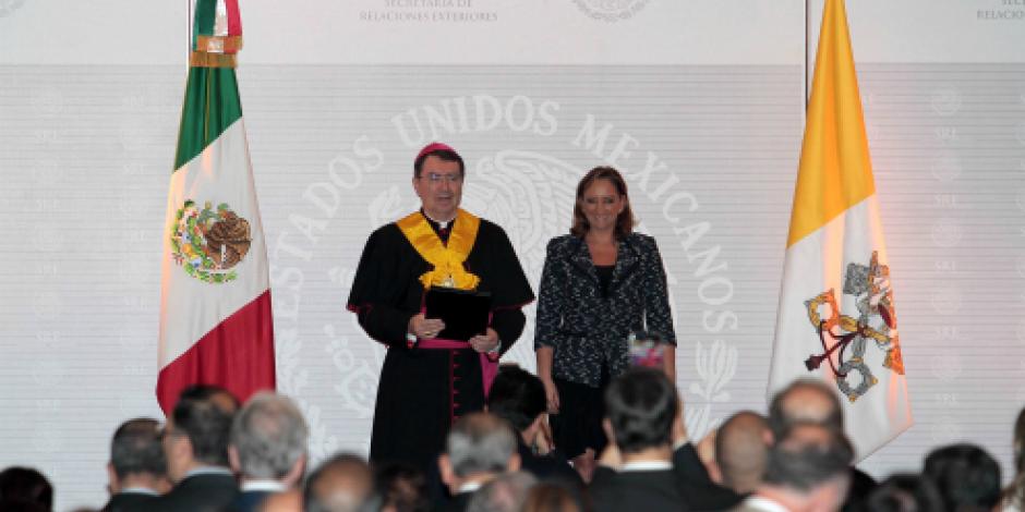 Condecora SRE al monseñor Christophe Pierre con la Orden del Águila Azteca